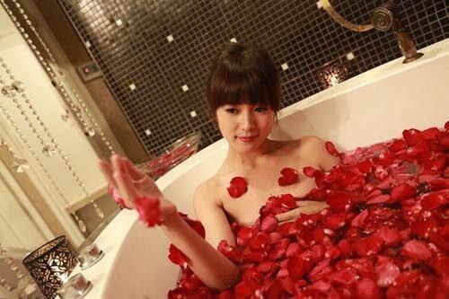 Tắm ướp với hoa hồng được xem là cách tạo mùi thơm cho cơ thể nữ an toàn